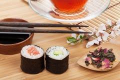 Sushi maki Satz, Kräutertee und Kirschblüte verzweigen sich Lizenzfreies Stockbild