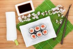 Sushi maki Satz und Kirschblüte-Niederlassung Lizenzfreies Stockfoto