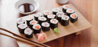 Sushi - makibroodje van de Tonijn en van de zalm. Royalty-vrije Stock Afbeeldingen