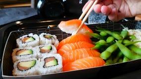 Sushi mangeurs d'hommes dans un restaurant banque de vidéos