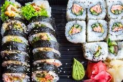 Sushi med den grillade laxen Royaltyfria Bilder