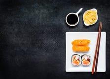 Sushi med Gari och soya på kopieringsutrymmeområde Arkivfoton