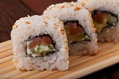 Sushi med havsfisken och grönsaker Arkivbilder