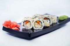 Sushi med ingefära och wasabi på en svart platta Royaltyfri Bild