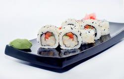 Sushi med ingefära och wasabi på en svart platta Arkivfoto
