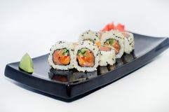 Sushi med ingefära och wasabi på en svart platta Fotografering för Bildbyråer