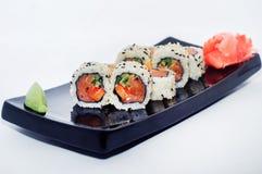 Sushi med ingefära och wasabi på en svart platta Royaltyfria Bilder