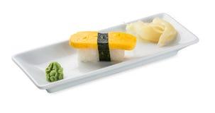 Sushi med japansk omelett Isolerat på vit Royaltyfri Fotografi