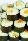 Sushi med lax- och ålcloseupen Arkivfoto