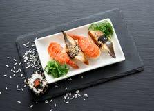 Sushi med sallad Fotografering för Bildbyråer