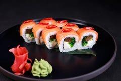 Sushi med tamagoomelett, chuka och gräddost royaltyfri foto