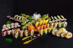 Sushi messi con fondo nero Fotografie Stock