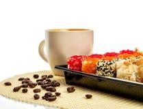 Sushi messi con la tazza di caffè Isolato su bianco Percorso incluso Immagini Stock Libere da Diritti