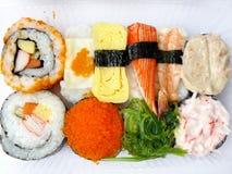 Sushi messi in scatola di plastica Fotografie Stock