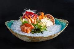 Sushi messi sulla ciotola con ghiaccio Fotografia Stock Libera da Diritti