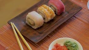 Sushi messi sulla tavola