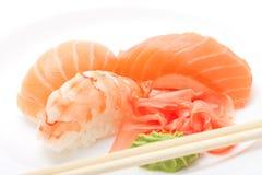Sushi met eetstokjes stock afbeelding