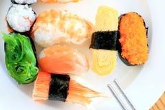 Sushi met eetstokjes Royalty-vrije Stock Afbeelding