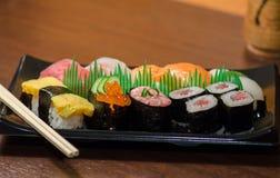 Sushi met Eetstokjes worden geplaatst dat royalty-vrije stock foto's
