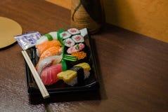 Sushi met Eetstokjes worden geplaatst dat stock fotografie