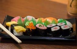Sushi met Eetstokjes worden geplaatst dat stock afbeelding