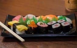 Sushi met Eetstokjes worden geplaatst dat stock afbeeldingen