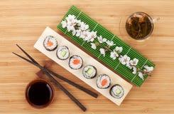 Sushi met groene thee en sakuratak worden geplaatst die stock foto