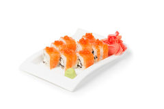 Sushi met maki worden geplaatst in een ceramisch die wit wordt gediend Stock Afbeeldingen