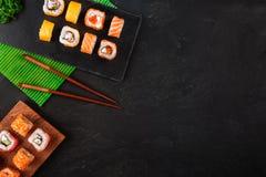 Sushi met wasabi en gember op zwart steendienblad worden geplaatst op zwarte lijst die Hoogste mening royalty-vrije stock foto