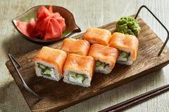 Sushi met wasabi, gember en sojasaus worden gediend die stock afbeelding
