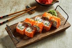 Sushi met wasabi, gember en sojasaus worden gediend die stock foto's