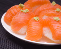 Sushi met wasabi op witte schotel Royalty-vrije Stock Foto
