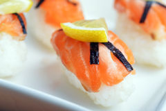 Sushi met zalm royalty-vrije stock afbeeldingen