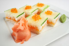 Sushi met zalm en komkommer Stock Afbeeldingen