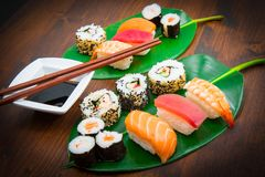 Sushi mezclado en la hoja verde imagen de archivo