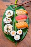 Sushi mezclado en la hoja verde foto de archivo