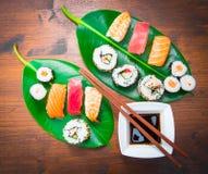 Sushi mezclado en la hoja verde imagen de archivo libre de regalías