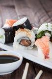 Sushi mezclado en una placa imagenes de archivo