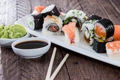 Sushi mezclado en una placa fotos de archivo libres de regalías