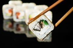 Sushi mit Aal auf einem Stock Stockfotos