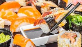 Sushi mit Aal in der Sojasoße Stockfotografie