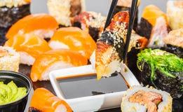 Sushi mit Aal in der Sojasoße Lizenzfreie Stockfotos