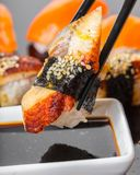 Sushi mit Aal in der Sojasoße Stockbild