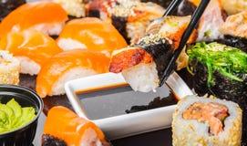Sushi mit Aal in der Sojasoße Stockfotos