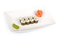 Sushi mit einem Seebarsch auf einer Platte lizenzfreie stockfotografie