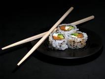 Sushi mit Ess-Stäbchen Lizenzfreie Stockfotos