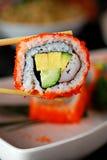 Sushi mit Ess-Stäbchen Lizenzfreie Stockbilder