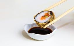 Sushi mit Ess-Stäbchen Stockbilder