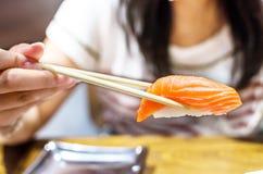 Sushi mit Essstäbchen stockfotografie