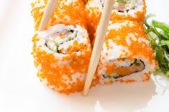 Sushi mit Essstäbchen Stockfoto